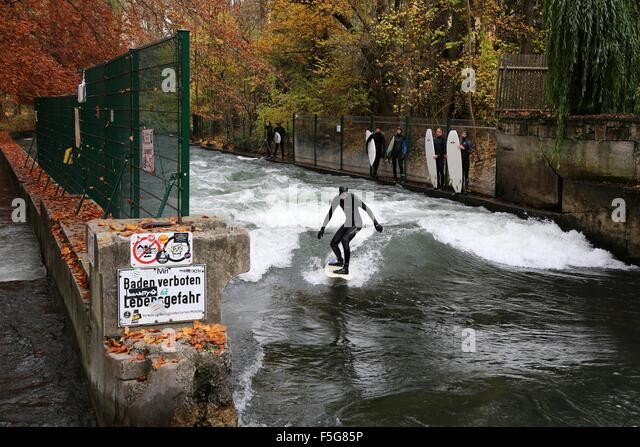 Munich, Germany. 4th November, 2015. Surfers take to the water on a sunny autumn morning in the Englischer Garten - Stock Image