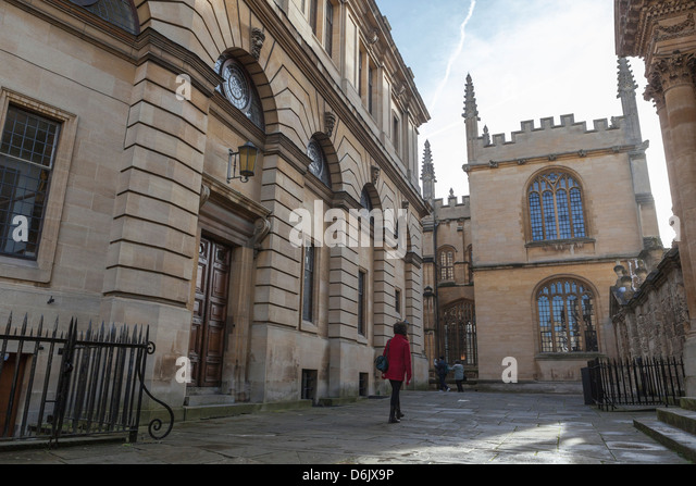 Wandering past the Sheldonian Theatre towards the Bodleian Library, Oxford, Oxfordshire, England, United Kingdom, - Stock-Bilder