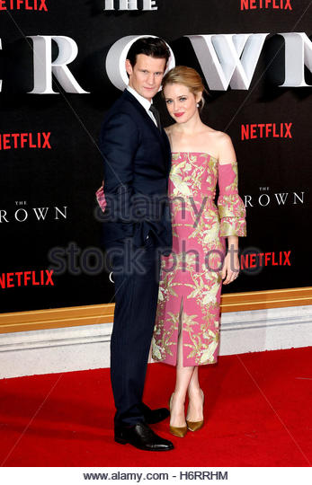 London, UK. 1st Nov, 2016. British actors Claire Foy and Matt Smith pose on the red carpet at The Crown London premiere - Stock-Bilder