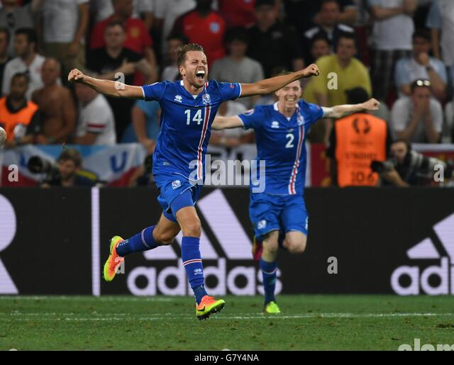 Nice, France. 27th June, 2016. Players of Iceland celebrate after winning the Euro 2016 round of 16 football match - Stock-Bilder