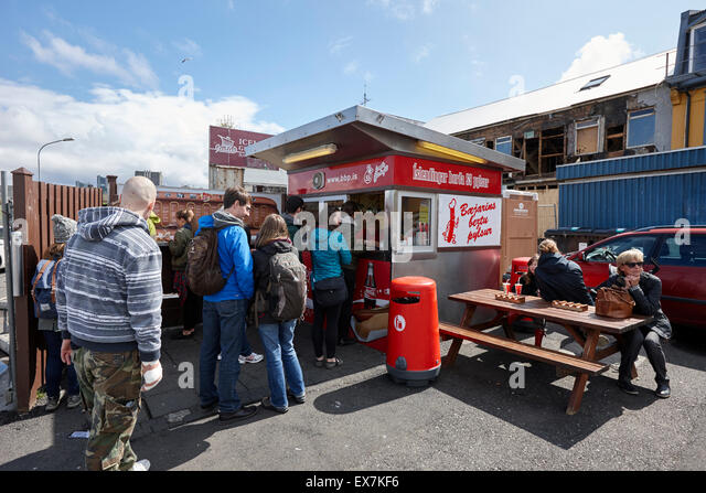 tourists queue at bbp islendingar borda ss pylsur icelands best hot dog stand Reykjavik iceland - Stock-Bilder