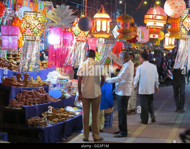 People shopping for lanterns and other traditional items on occassion of Diwali festival in India - Stock-Bilder