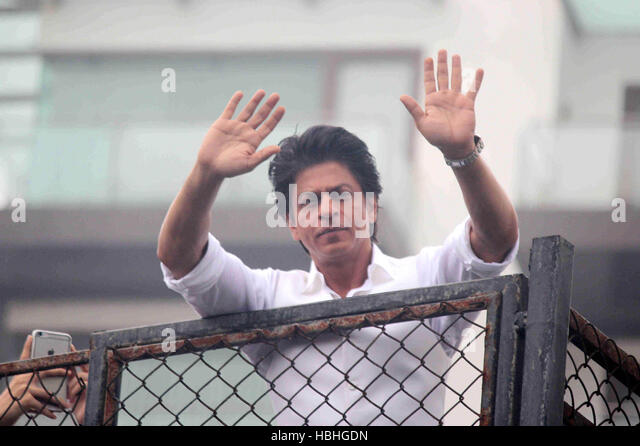 Bollywood actor Shahrukh Khan waves towards his fans on occasion of Eid al-Fitr celebrationss residence Mannat Mumbai - Stock-Bilder