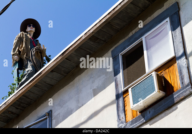 Street view of artistically dressed mannequin on roof of the Surfing Museum in the Funk Zone in Santa Barbara, California - Stock-Bilder