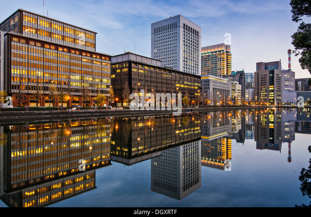 Marunouchi, Tokyo, Japan buildings reflect on the Imperial Palace moat. - Stock-Bilder