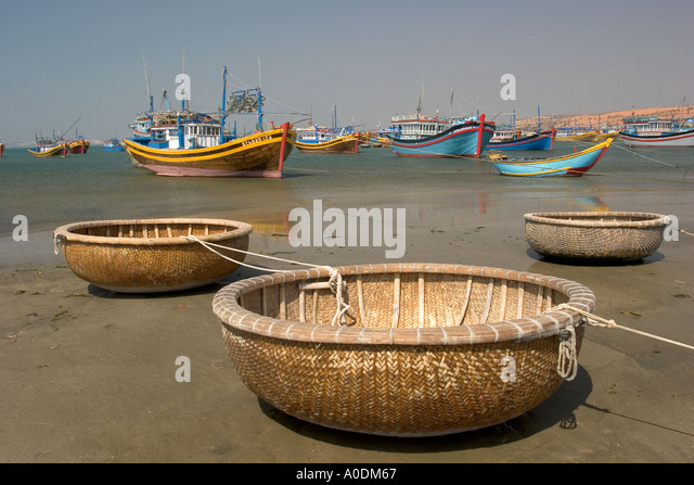 Coracle stock photos coracle stock images alamy for Round fishing boat