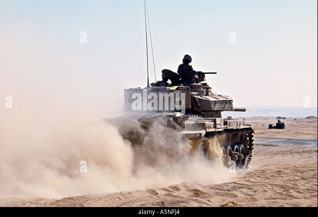 AN ISRAELI TANK MOVES TO THE FRONT LINE INTO EGYPT AFTER CROSSING THE SUEZ CANAL PHOTO TERRY FINCHER.1973 - Stock Image