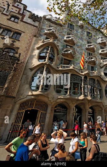 Barcelona Passeig de Gracia Casa Batllo by Antonio Gaudi visitors queueing in front - Stock Image
