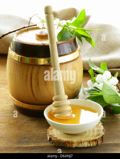 wooden barrel with an organic floral honey - Stock Image