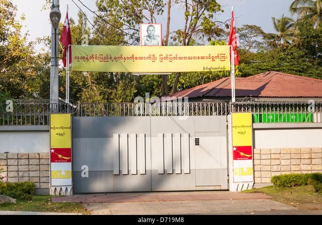 Gated entrance to the home of Aung San Suu Kyi, 54 University Avenue, Yangon, (Rangoon), Myanmar, (Burma) - Stock-Bilder