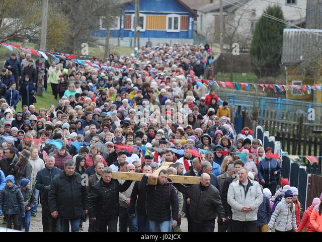 Grodno Region, Belarus. 9th Apr, 2017. Roman Catholics during a procession of the Cross on Palm Sunday in Oshmyany, - Stock-Bilder