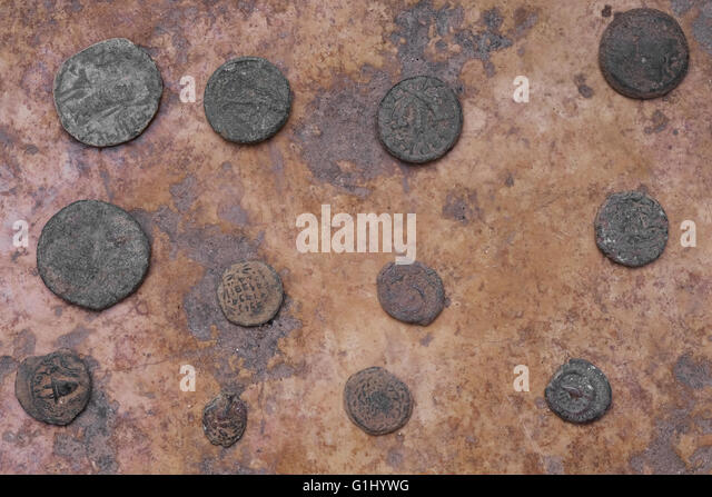 Stack of ancient Roman coins at Baidun antiquity shop located on Via Dolorosa Old city East Jerusalem, Israel - Stock-Bilder