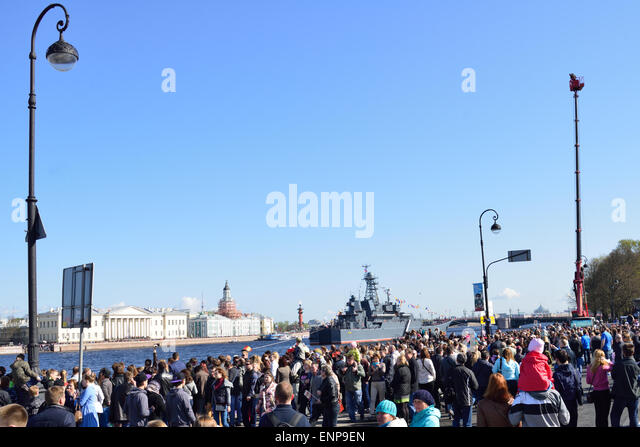 St. Petersburg, Russia, 9th May, 2015. Thousands of people celebrate the Victory Day on the English embankment. - Stock Image