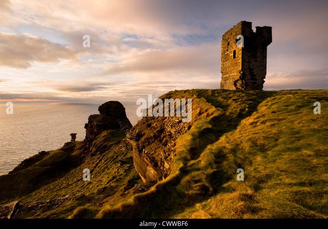 Stone ruins on rocky coastal cliffs - Stock-Bilder
