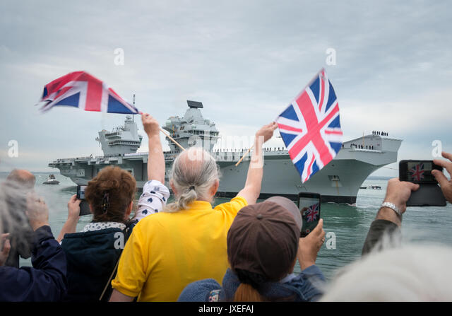 Portsmouth, Hampshire, UK. 16th Aug, 2017. HMS Queen Elizabeth arrives in Portsmouth. In Photo: In Old Portsmouth, - Stock Image