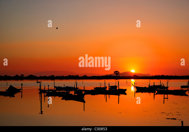 Sunset in the lagoon of Messolonghi with all those beautiful traditional boats, called 'gaitas' in the first - Stock-Bilder