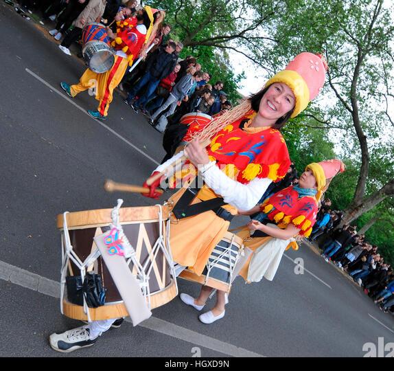 Trommlerin, Karneval der Kulturen, Kreuzberg, Berlin, Deutschland - Stock-Bilder