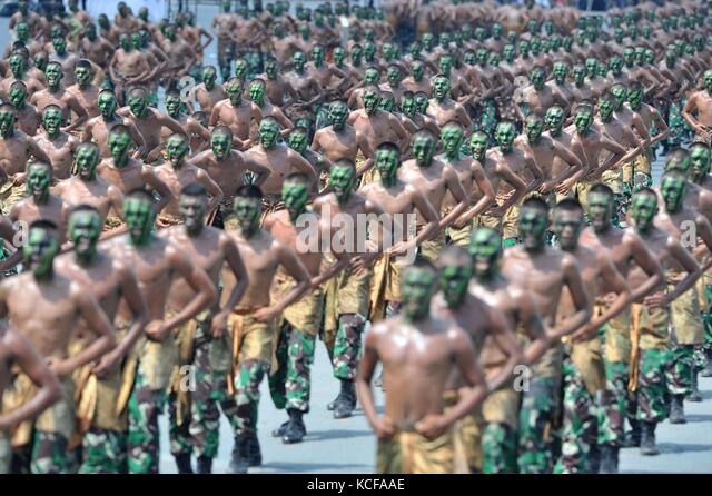 Banten, Indonesia. 5th Oct, 2017. Indonesian soldiers attend a ceremony honoring the country's Armed Force Day - Stock Image