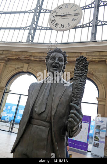 Ken Dodd Statue,Liverpool Lime St,Railway Station,England,UK - Stock Image