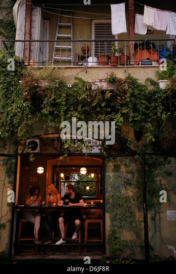 People sitting at a bar in the trendy Neve Tzedek neighbourhood, Tel Aviv, Israel, Middle East - Stock Image