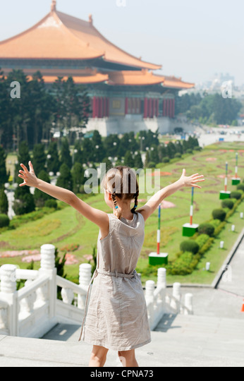 Girl standing on steps overlooking Chiang Kai-shek Memorial Hall, Taipei, Taiwan - Stock Image
