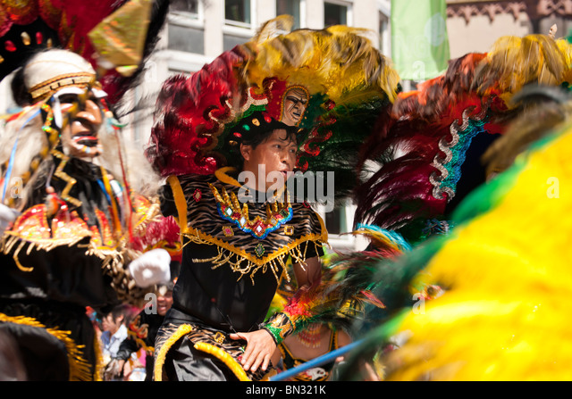 FRANKFURT - JUNE 26. Bolivians performing a war dance at the Parade der Kulturen. June 26, 2010 in Frankfurt, Germany. - Stock-Bilder