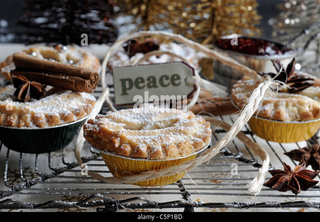 Small pastry filled with raspberry jam (Peace) - Stock-Bilder