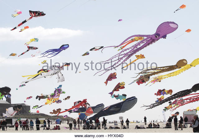 Berck Sur Mer, France. 6th Apr, 2017. People fly kites in Berck-sur-Mer, northern France, on April 6, 2017 during - Stock Image