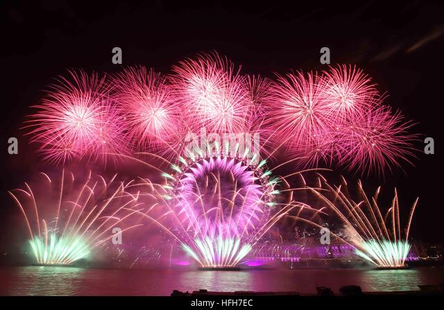 London, UK.  1st Jan 2017. Fireworks are fired from the London Eye ferris wheel to mark the start of the new year. - Stock Image