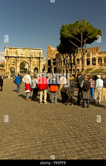 Tour guide American tourist by the Arch of Consantine and Colloseum,  Colosseo, Arco de Costantino, Arch of Constantine - Stock Image