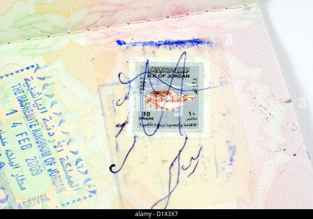 A Jordanian stamped holiday travel entry visa for Jordan in a UK passport - Stock-Bilder