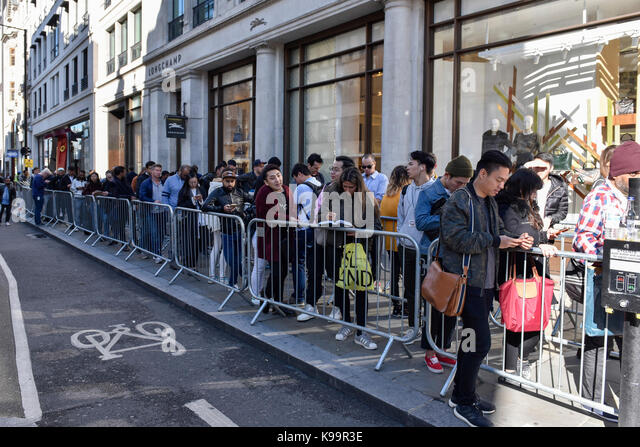 London, UK.  22 September 2017.  A modest queue of people is seen outside Apple's flagship store in Regent Street - Stock Image
