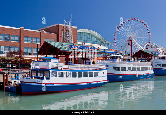 Tour boats at the Navy Pier in Chicago, Illinois, USA. - Stock Image