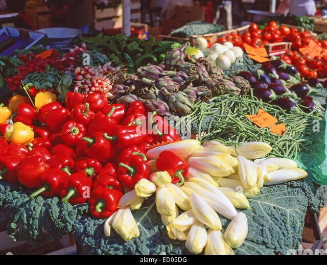 Outdoor food market (Cité Marchande) in Cagnes-sur-Mer, Côte d'Azur, Alpes-Maritimes, Provence-Alpes - Stock Image