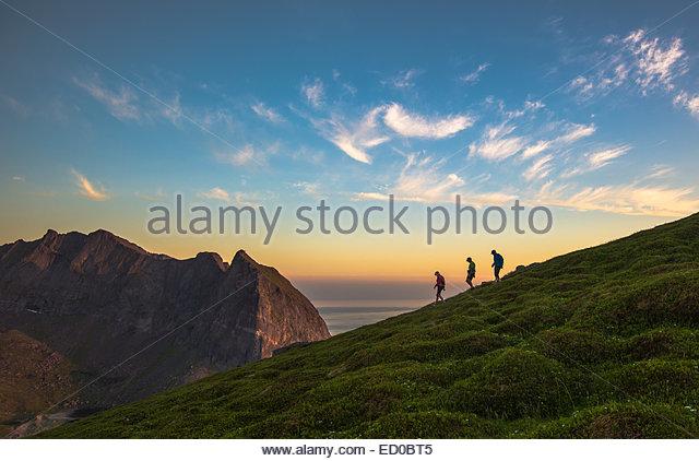 Norway, Flakstad Island, Tourist hiking on Mt Ryten - Stock-Bilder