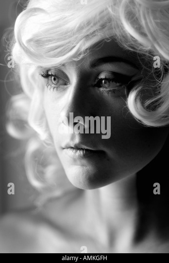 Portrait of woman with blonde wig and Marilyn Monroe look - Stock Image
