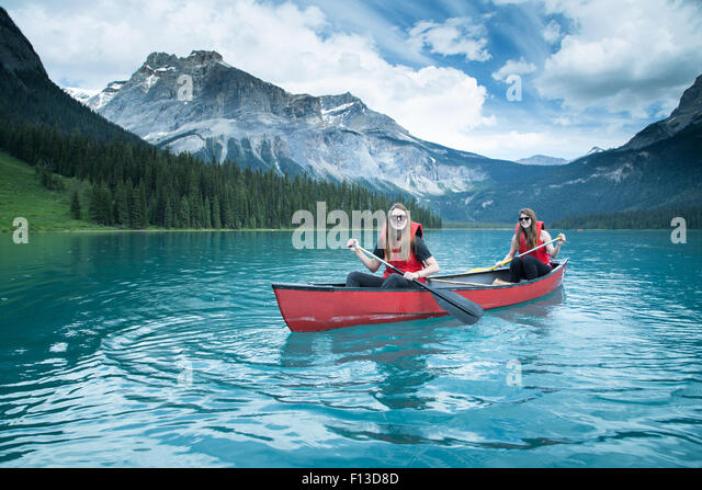 Two girls kayaking, Yoho National Park, British Columbia, Canada - Stock Image