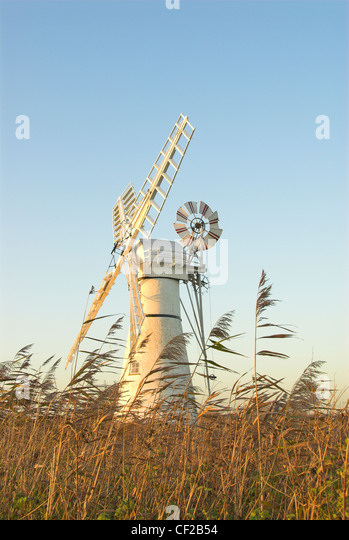 Thurne Dyke drainage mill beside the River Thurne at the mouth of Thurne Dyke. - Stock-Bilder