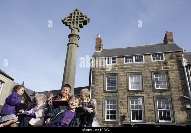UK, England, Alnwick, Market Place, Market Cross, students, class trip, - Stock Image