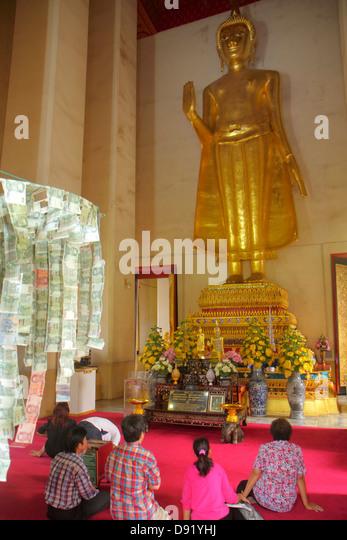 Thailand Bangkok Pom Prap Sattru Phai Wat Saket Ratcha Wora Maha Wihan Buddhist temple inside interior statue gold - Stock Image
