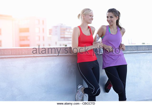 Runners talking on rooftop - Stock Image