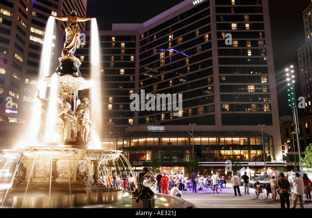 Ohio, Cincinnati, Fountain Square, statue, Westin Hotel, crowd, night concert, - Stock Image