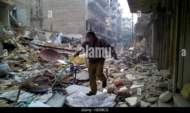 Aleppo, Syria. 23rd Dec, 2016. A civilian in the neighborhood of Karm al-Miasar in the eastern part of Aleppo. Russia's - Stock-Bilder
