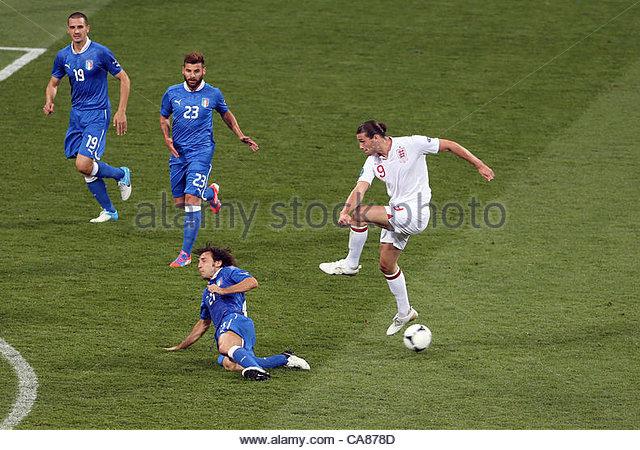 24/06/2012 Kiev. Euro 2012 Football. England v Italy. Andrea Pirlo blocks a shot from Andy Carroll. Photo: Mark - Stock-Bilder