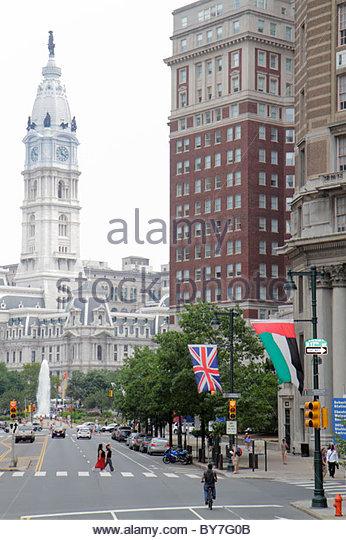 Pennsylvania Philadelphia Benjamin Franklin Parkway City Hall clock tower building traffic fountain street scene - Stock Image
