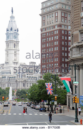Philadelphia Pennsylvania Benjamin Franklin Parkway City Hall clock tower building traffic fountain street scene - Stock Image