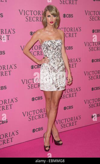 Taylor Swift poses at the Victoria's Secret fashion show in London. - Stock-Bilder