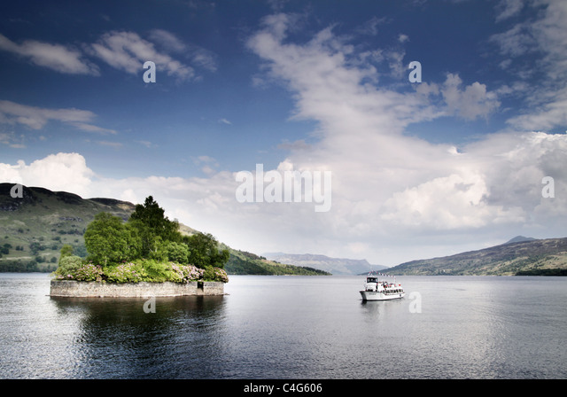 boat sailing on a loch in Scotland - Stock-Bilder