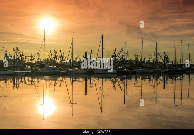 Newlyn, Cornwall, UK. 5th May 2016.  UK Weather. Hot weather set to continue in Cornwall, with another fine start - Stock Image