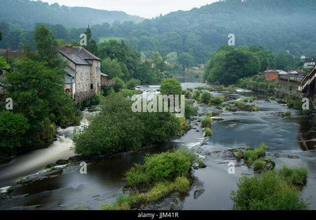 The River Dee flowing through the town of Llangollen in Wales - Stock Image